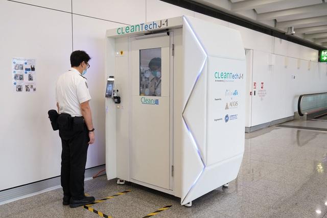 Sân bay Hồng Kông (Trung Quốc) thử nghiệm máy khử khuẩn toàn thân cho hành khách - ảnh 2