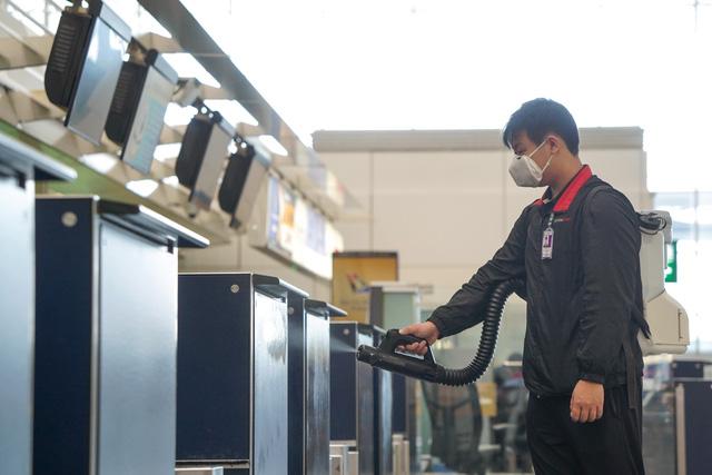 Sân bay Hồng Kông (Trung Quốc) thử nghiệm máy khử khuẩn toàn thân cho hành khách - ảnh 3