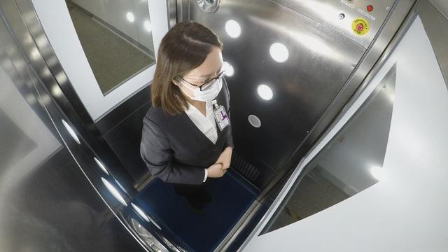 Sân bay Hồng Kông (Trung Quốc) thử nghiệm máy khử khuẩn toàn thân cho hành khách - ảnh 1