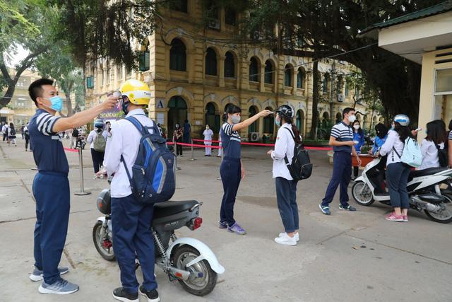 Học sinh háo hức đến trường sau thời gian dài nghỉ do dịch COVID-19 - Ảnh 19.