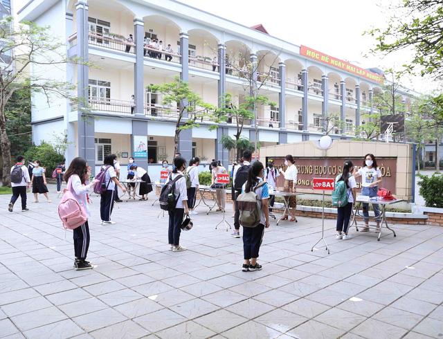 Học sinh háo hức đến trường sau thời gian dài nghỉ do dịch COVID-19 - Ảnh 17.