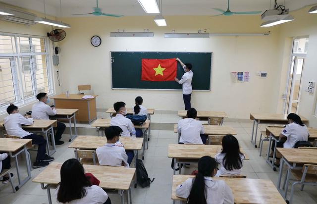 Học sinh háo hức đến trường sau thời gian dài nghỉ do dịch COVID-19 - Ảnh 15.
