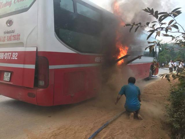 Đăk Lăk: Xe khách bốc cháy, 20 người may mắn thoát thân - Ảnh 1.