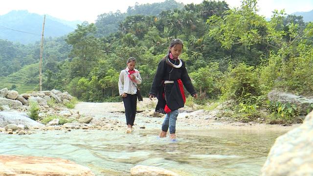 Ước mơ được đến trường của cô bé người dân tộc vùng cao Tây Bắc - Ảnh 1.