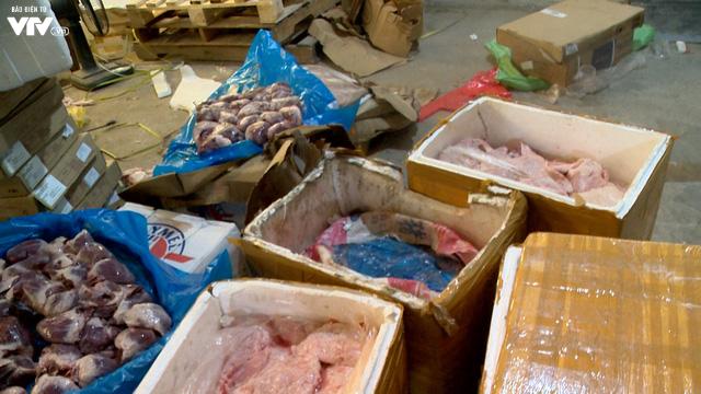Cận cảnh hơn 6 tấn chân gà, tim, nầm lợn bẩn sắp đi tiêu thụ ở Hà Nội - Ảnh 3.