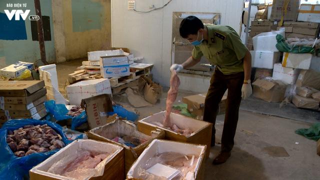 Cận cảnh hơn 6 tấn chân gà, tim, nầm lợn bẩn sắp đi tiêu thụ ở Hà Nội - Ảnh 1.