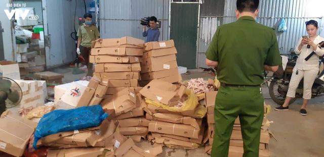 Cận cảnh hơn 6 tấn chân gà, tim, nầm lợn bẩn sắp đi tiêu thụ ở Hà Nội - Ảnh 8.