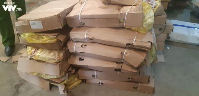 Cận cảnh hơn 6 tấn chân gà, tim, nầm lợn bẩn sắp đi tiêu thụ ở Hà Nội - Ảnh 6.