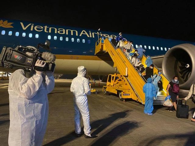 Đón hơn 340 công dân từ Hoa Kỳ hạ cánh xuống sân bay Vân Đồn an toàn - Ảnh 2.