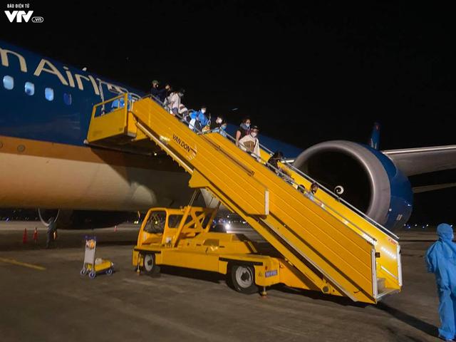 Đón hơn 340 công dân từ Hoa Kỳ hạ cánh xuống sân bay Vân Đồn an toàn - Ảnh 1.