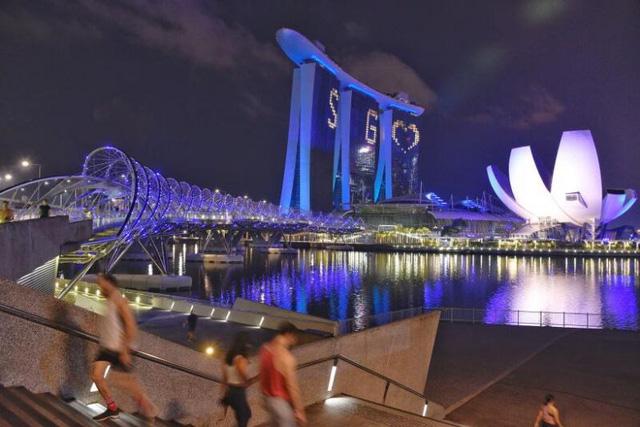 Singapore thắp sáng hơn 30 điểm du lịch nổi tiếng tri ân những người hùng COVID-19 - ảnh 1