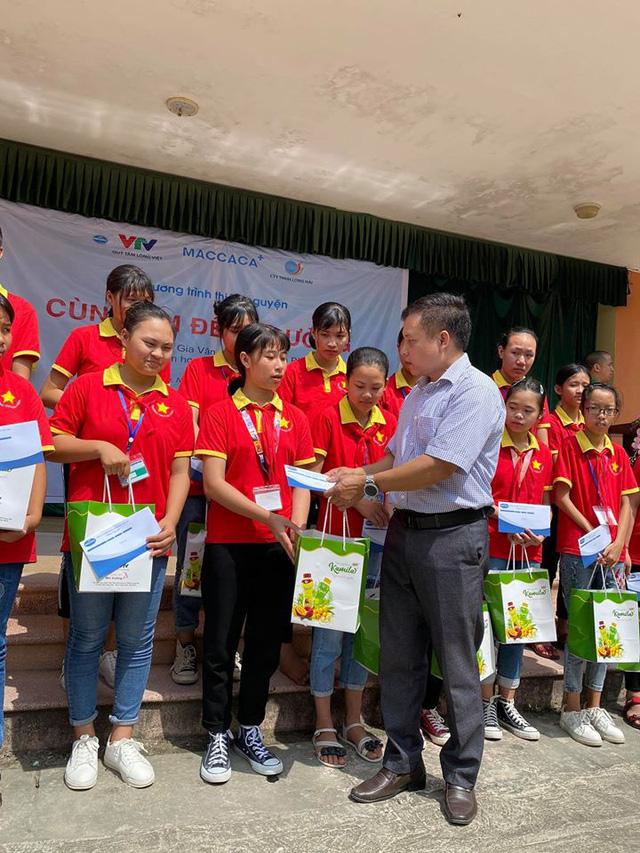 Trao tặng học bổng cho học sinh nghèo Ninh Bình - Ảnh 2.
