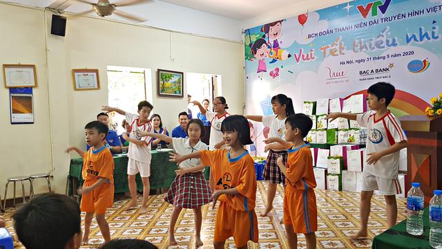 Vui Tết Thiếu nhi cùng Đoàn Thanh niên VTV tại Trung tâm nuôi dưỡng trẻ em mồ côi Hà Cầu - Ảnh 6.