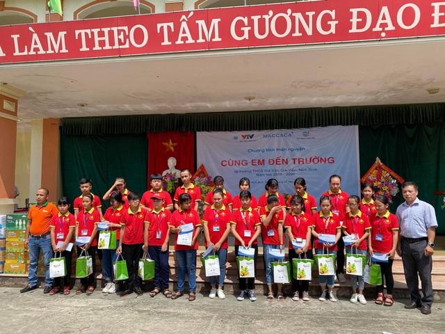 Trao tặng học bổng cho học sinh nghèo Ninh Bình - Ảnh 1.