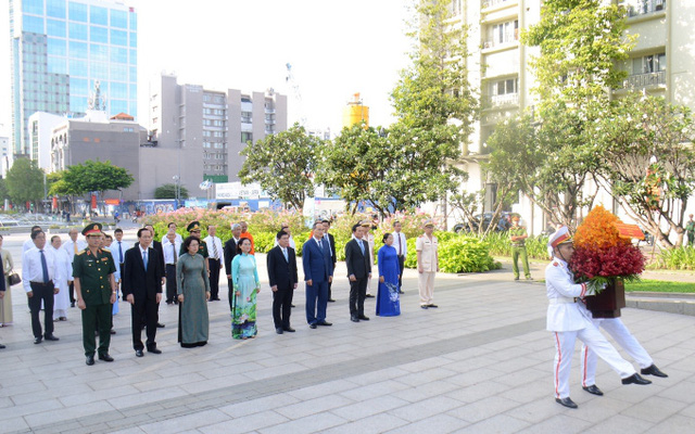 The Ho Chi Minh City delegates pay tribute to President Ho Chi Minh at his monument on Nguyen Hue street. (Photo: NDO)
