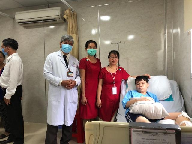 3 học sinh bị thương nặng trong vụ cây đổ tại trường THCS Bạch Đằng xuất viện - Ảnh 2.