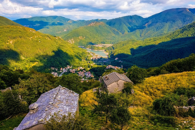 """Ngôi làng """"ma"""" ở Italy nổi lên sau gần 1 thế kỷ chìm dưới nước - Ảnh 1."""