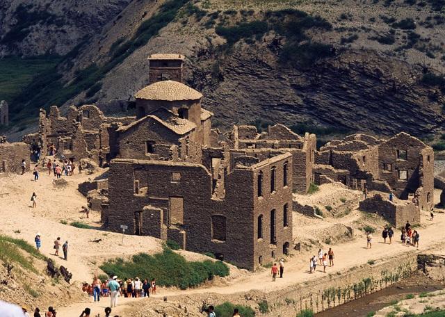 """Ngôi làng """"ma"""" ở Italy nổi lên sau gần 1 thế kỷ chìm dưới nước - Ảnh 2."""