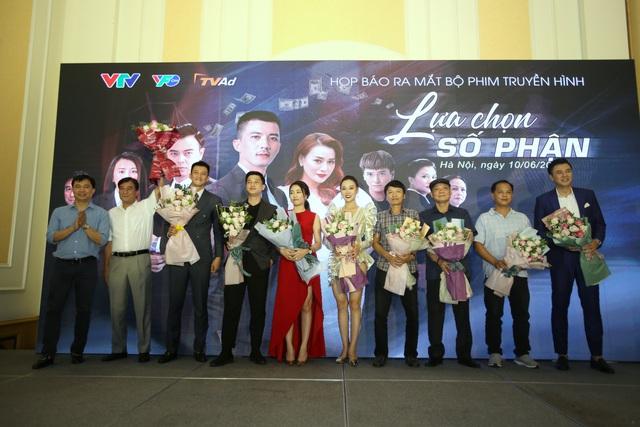 Phương Oanh diện váy xẻ cao, Hà Việt Dũng chuẩn soái ca trong họp báo phim mới Lựa chọn số phận - Ảnh 8.
