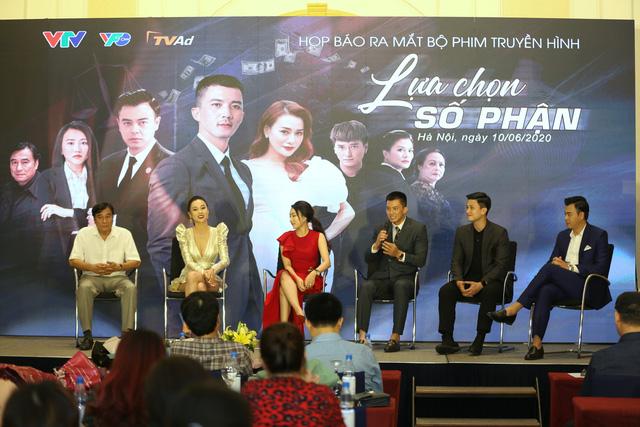 Phương Oanh diện váy xẻ cao, Hà Việt Dũng chuẩn soái ca trong họp báo phim mới Lựa chọn số phận - Ảnh 11.