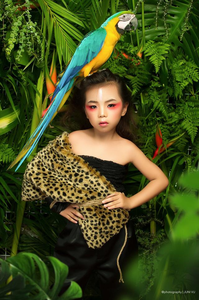 Mẫu nhí triển vọng của Nghệ An dễ thương bên rồng đất và vẹt - Ảnh 3.