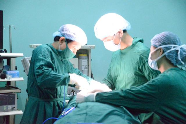 Bóc tách khối bướu basedow gần 13cm cho bệnh nhân nữ ở Sơn La - Ảnh 2.