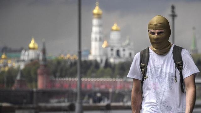 Người dân Nga tận hưởng tự do sau những ngày cách ly - Ảnh 1.