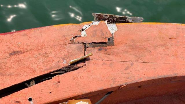 Tàu Trung Quốc áp sát tàu cá Việt Nam, 16 ngư dân bị rơi xuống biển - Ảnh 2.