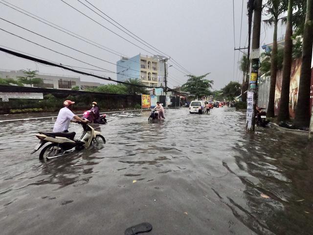 TP.HCM sắp đón những cơn mưa cực lớn, đề phòng ngập lụt khu vực thấp - Ảnh 1.