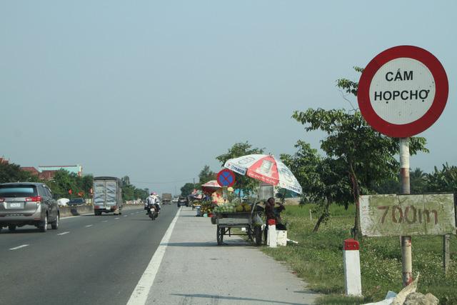 Mất an toàn giao thông từ tình trạng họp chợ ven đường - Ảnh 1.