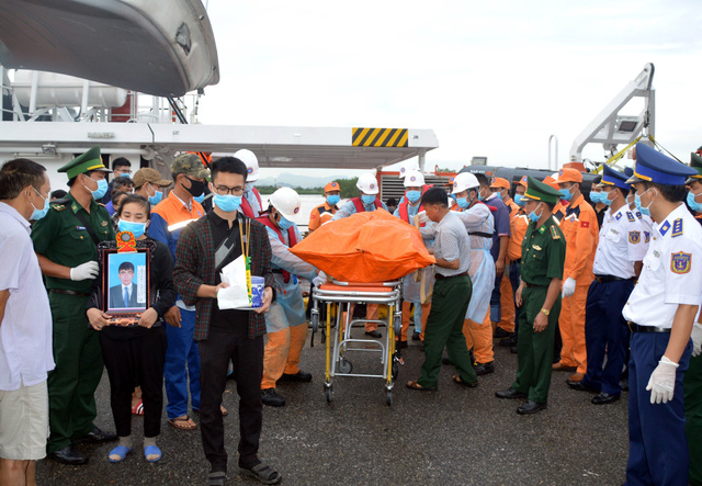 Vụ tàu hàng va chạm tàu cá: Bàn giao 4 thi thể thuyền viên còn lại cho gia đình - Ảnh 1.