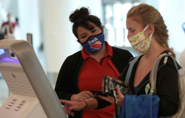 Các hãng hàng không Mỹ xử lý nghiêm hành khách không đeo khẩu trang - Ảnh 1.