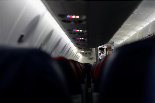 Các hãng hàng không Mỹ xử lý nghiêm hành khách không đeo khẩu trang - Ảnh 2.