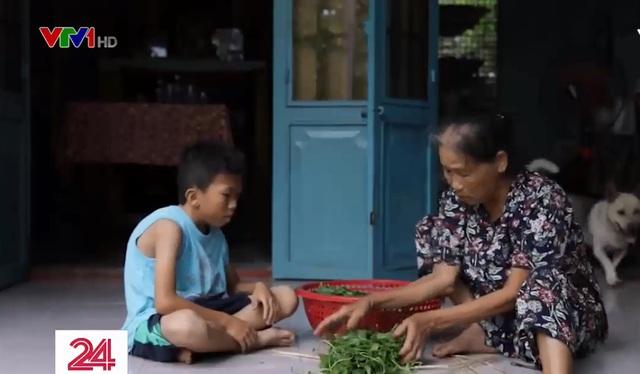 Bé trai khuyết tật mồ côi lớn lên cùng điệu hò và vườn rau của bà ngoại - Ảnh 1.