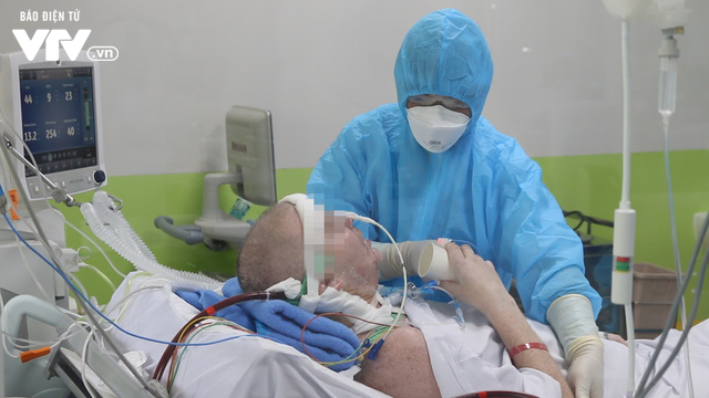 VIDEO: Bệnh nhân 91 đã tỉnh hoàn toàn, có thể mỉm cười, bắt tay y bác sĩ Việt Nam - Ảnh 2.