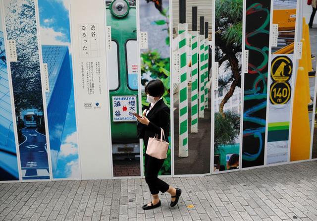 Nhật Bản dự định sẽ cấm dùng điện thoại trong khi đi bộ trên đường - ảnh 1