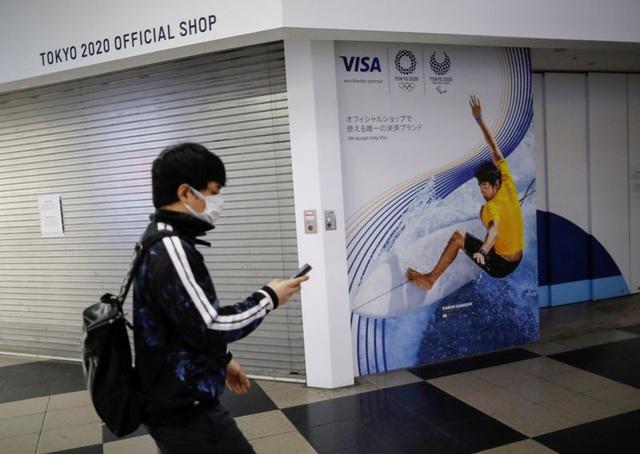 Nhật Bản dự định sẽ cấm dùng điện thoại trong khi đi bộ trên đường - Ảnh 2.
