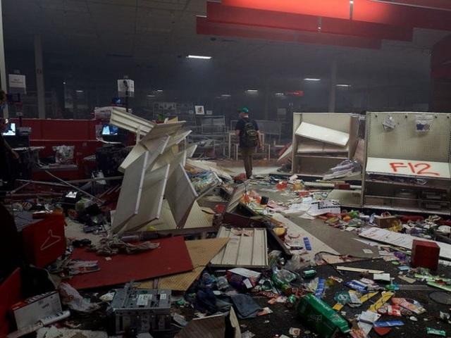 """Người Mỹ trong vòng xoáy của """"cơn bão kép"""" - Ảnh 2."""