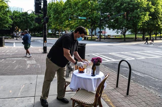 Mỹ ngăn đường phố, dành cả vỉa hè cho dịch vụ nhà hàng sau dịch - ảnh 1