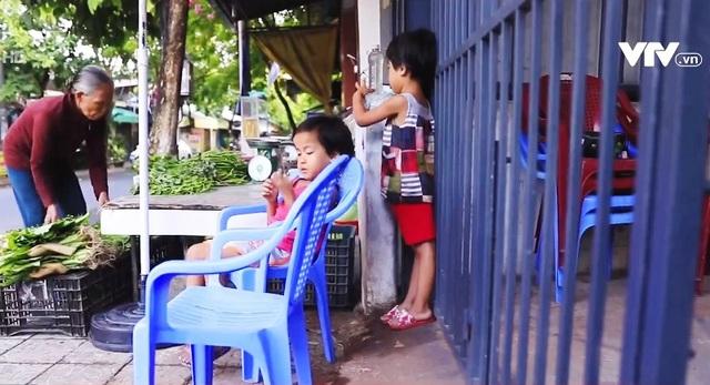 Cặp lá yêu thương Đà Nẵng: Cuộc sống của 6 bà cháu phụ thuộc từ sạp rau - Ảnh 1.