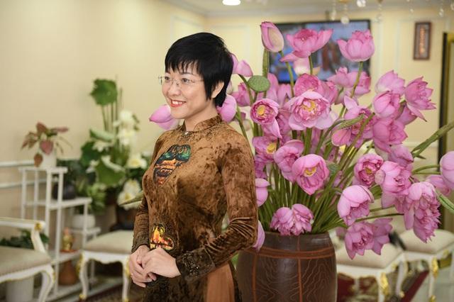 MC Thảo Vân dịu dàng trong tà áo dài, duyên dáng bên hoa sen - Ảnh 1.