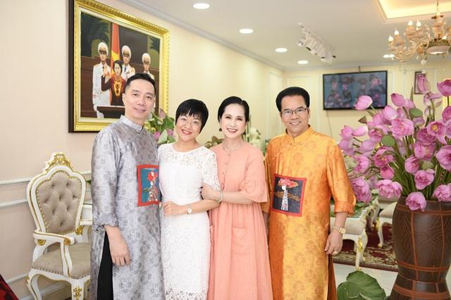 MC Thảo Vân dịu dàng trong tà áo dài, duyên dáng bên hoa sen - Ảnh 2.