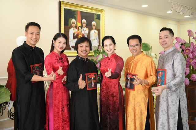 MC Thảo Vân dịu dàng trong tà áo dài, duyên dáng bên hoa sen - Ảnh 3.