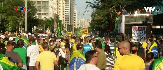 Tổng thống Brazil phản đối các biện pháp giãn cách xã hội - Ảnh 1.