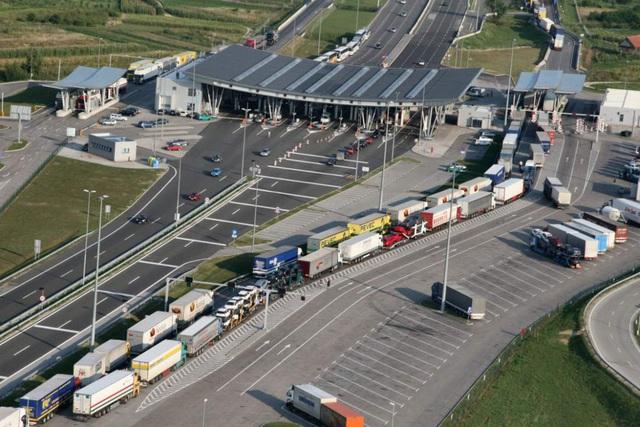 Cảnh sát Slovenia phát hiện 22 người di cư trốn trong xe bồn - Ảnh 1.