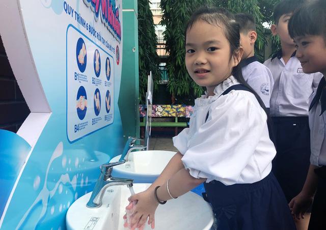 Lắp đặt miễn phí 10 trạm rửa tay tại các trường học trên địa bàn TP.HCM - Ảnh 1.
