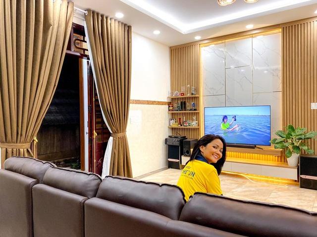 HHen Niê khoe ngôi nhà hiện đại mới sửa sang cho ba mẹ - Ảnh 2.