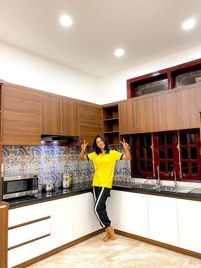 HHen Niê khoe ngôi nhà hiện đại mới sửa sang cho ba mẹ - Ảnh 5.