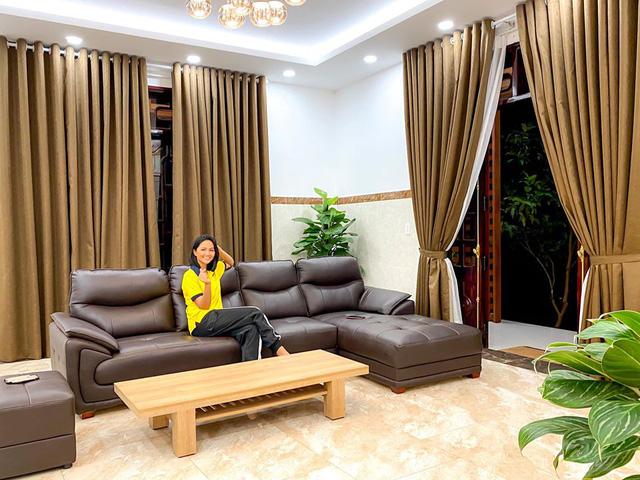 HHen Niê khoe ngôi nhà hiện đại mới sửa sang cho ba mẹ - Ảnh 1.