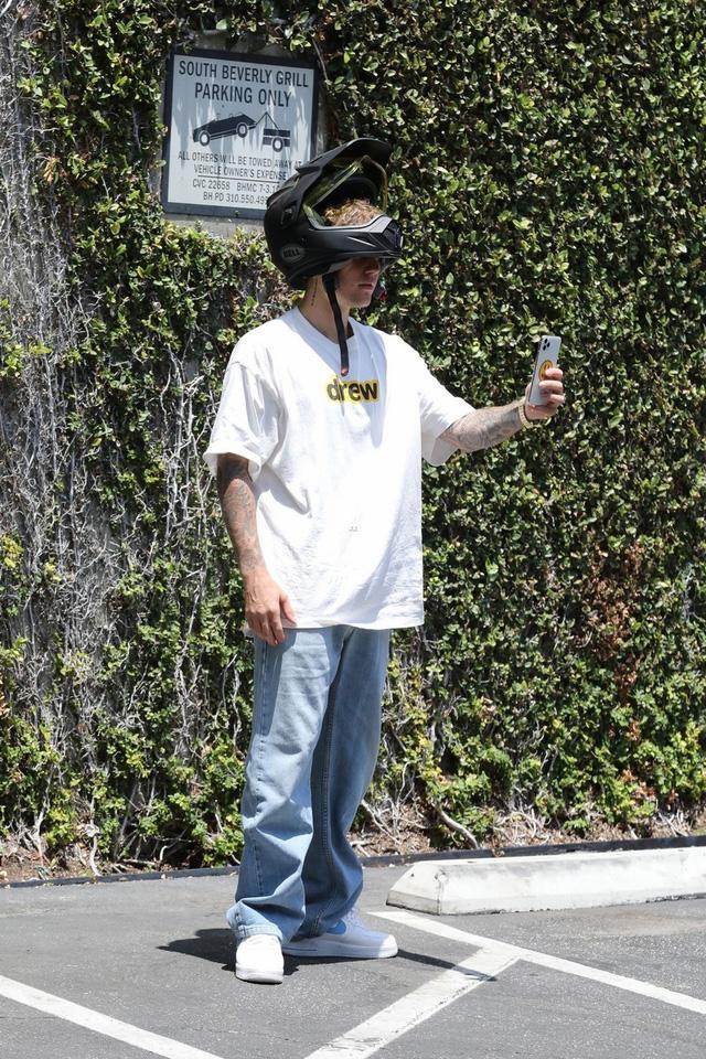 Justin Bieber xuất hiện lần đầu tiên sau cáo buộc hiếp dâm - Ảnh 2.